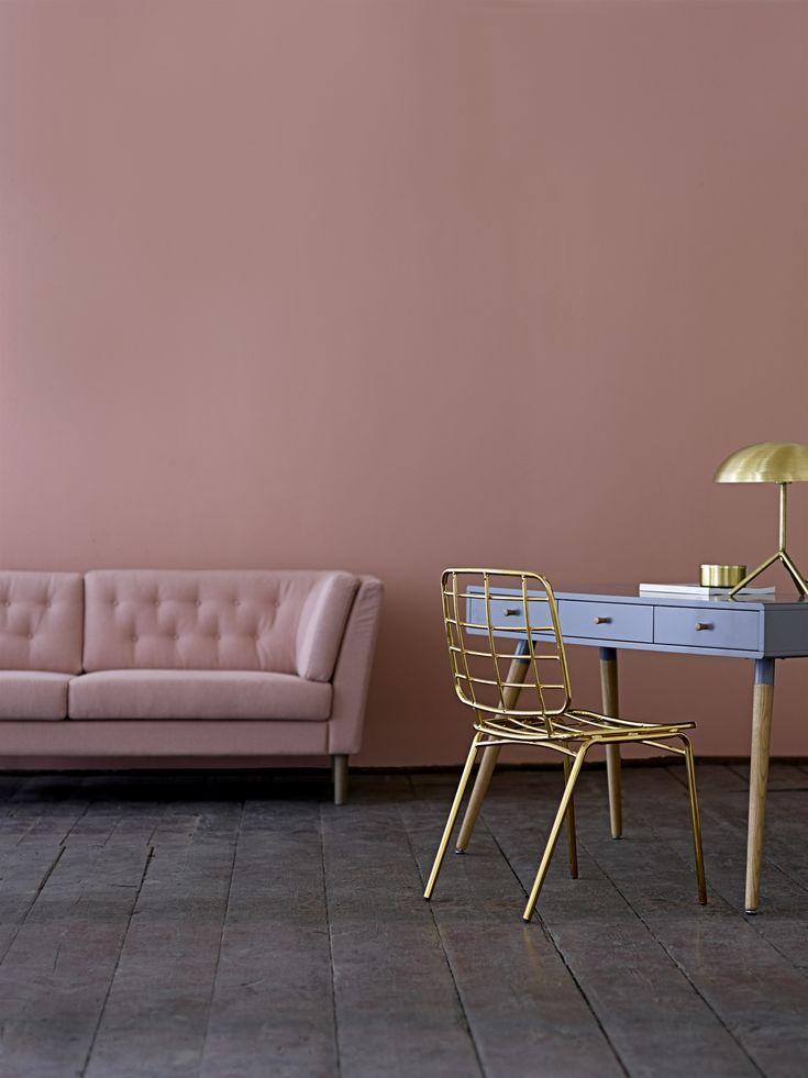 O minunata canapea cu aer boem de trandafiri rose, ce te indeamna la o pauza de relaxare.  Iar daca te gandesti cu ce decoratiuni s-ar potrivi, te vom surprinde: avem idei geniale.