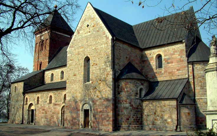 kolegiata śś. Piotra i Pawła w Kruszwicy z XII wieku; nie zachowały się dwie wieże w zachodniej części, tworzące westwerk ani wieża na skrzyżowaniu naw