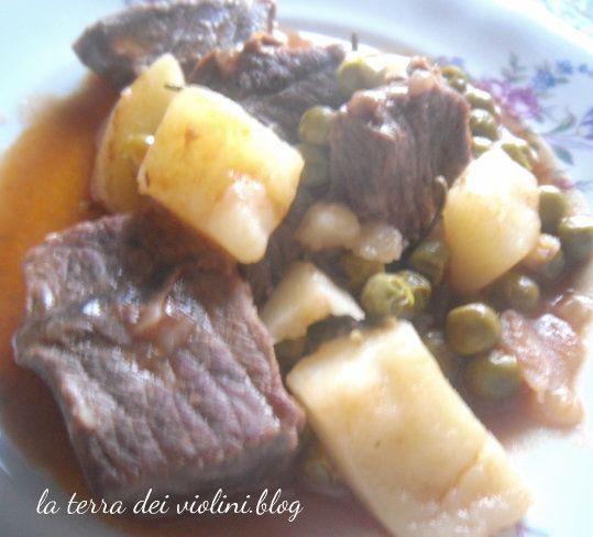 Spezzatino di manzo con patate,piselli e paprika