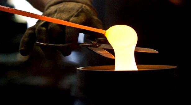   reciclagem do vidro   Quanto tempo o vidro demora para se decompor em comparação com o plástico: sua vida é estimada pelo dobro de tempo da do polímero. Então, por que é muito mais sustentável utilizar vidros? Os vidros são 100% recicláveis! Os polímeros não são totalmente recicláveis, para recicla-los não podem-se misturar dois tipos diferentes (e é muito difícil identificar rapidamente). Vidros com cores diferentes podem passar pelo processo juntas sem nenhum problema químico.