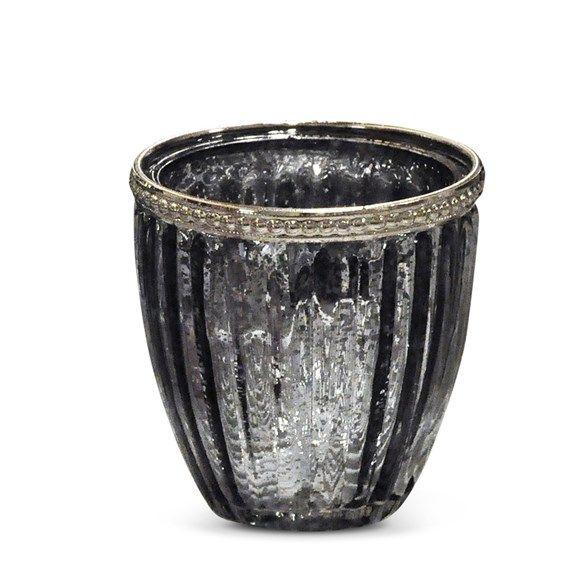 Söt ljuslykta i glas för värmeljus. Ljuslyktan har en söt metalldekor upptill och gråfärgat glas i vintagestil.