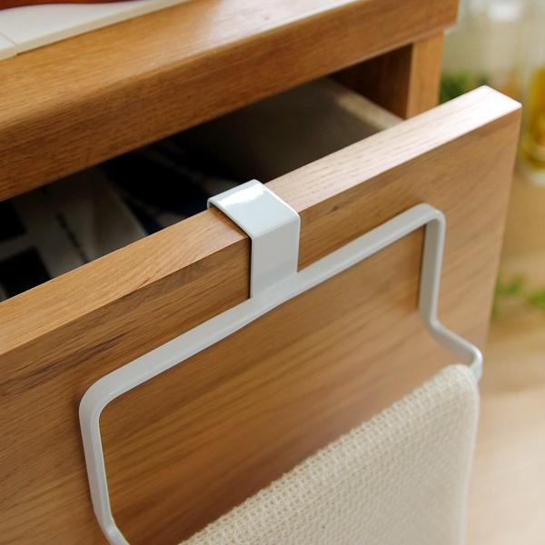 設置は、フックを扉に引っ掛けるだけ!タオルが壁面に触れないよう、ハンガー部分はL字型に設計されています。