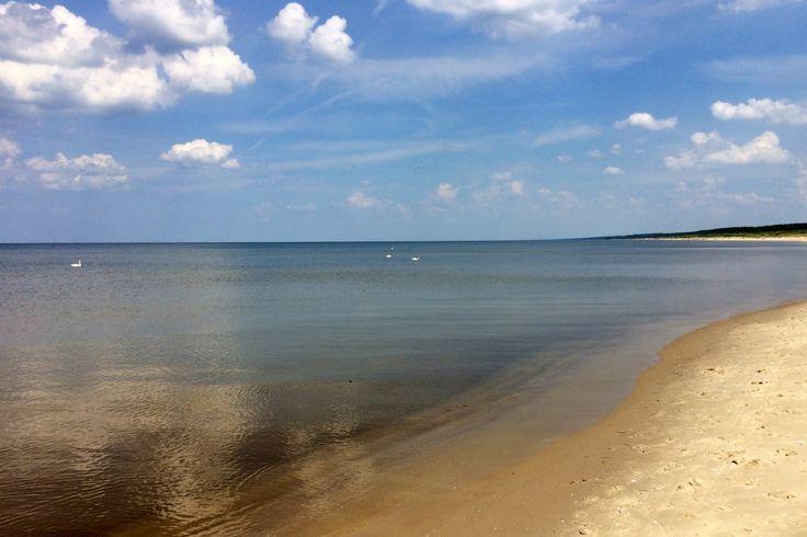 Mikoszewo leży po wschodniej stronie ujścia Wisły, które jest zwane Przekopem Wisły.Tutejszeplaże są wyjątkowo szerokie, gdyżWisła nanosząc materiał nadbudowuje ląd i przesuwalinię brzegową w głąb morza. Przy...