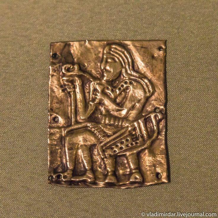 Золотые антропоморфные накладки-пластины церемониального пояса. IV в. до н.э. Могильник Тагискен. Казахстан.