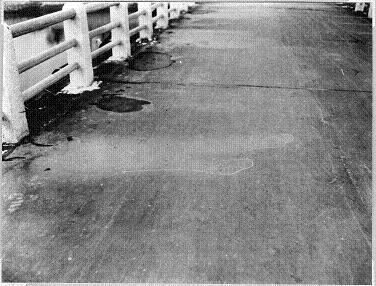 万代橋の人影 (爆心地から890m、米軍撮影)