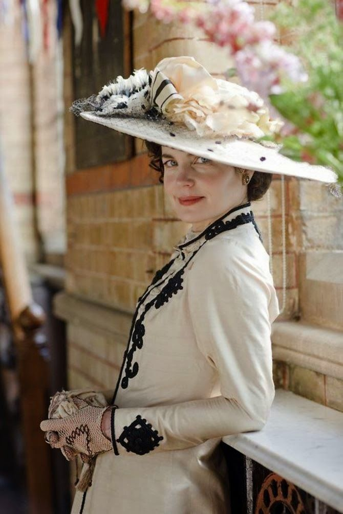 Elizabeth McGovern as the very stylish Cora, Countess of Grantham, in Downton Abbey