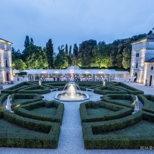 A Verona, città dell'amore #dinner #location #flowers #elisabettacardani #elisabettacardaniflowers #italianstyle #verona #love #wedding