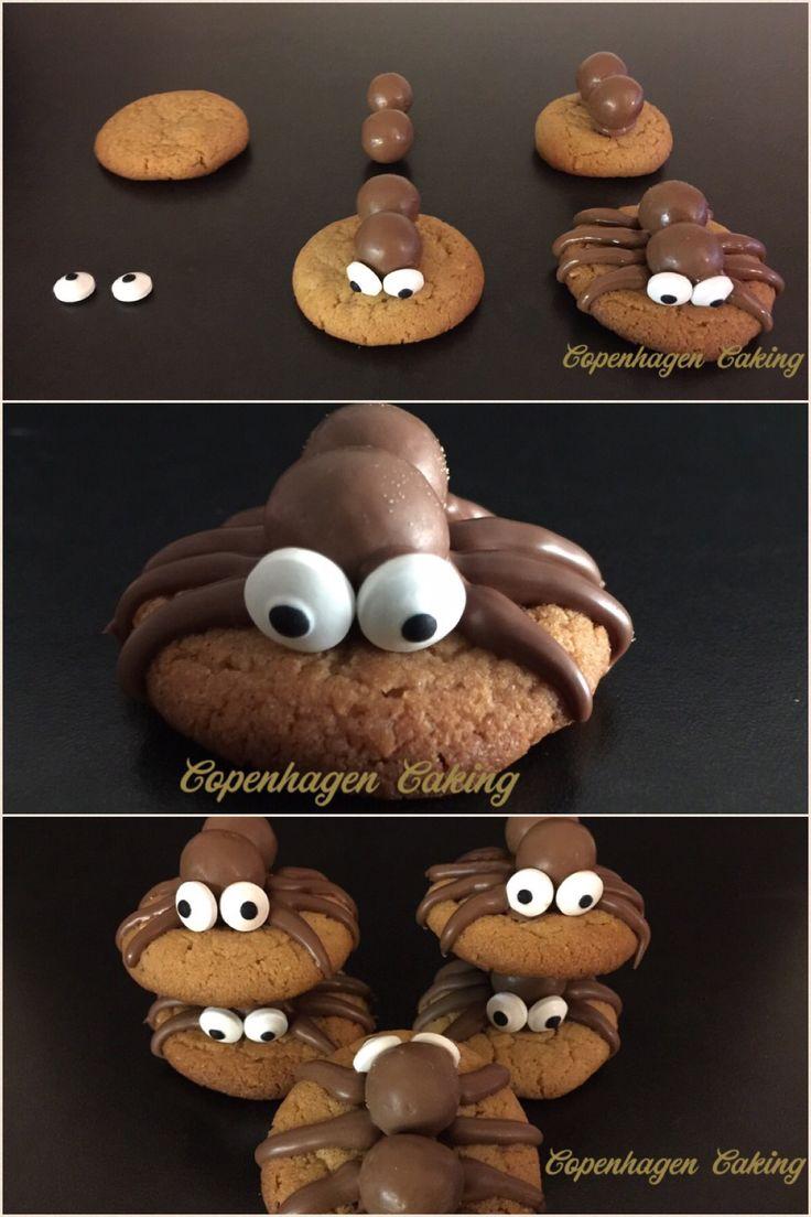 Edderkop småkager/cookies: Der er brugt hjemmelavede peanut butter småkager, men de fleste tykke småkager kan bruges.  Chokoladeboldene er Maltesers og øjnene er sukkerøjne fra DekoBack. Øjnene kan også laves af royal icing.  Vejledning: Smelt lidt chokolade og kom under de to chokolade bolde. Det er hovedet og kroppen. Tryk gerne boldene lidt ned i småkagen. Fastgør øjnene med smeltet chokolade og lav de 8 chokolade ben af chokolade.  Når chokoladen er størknet kan edderkop småkagerne nydes…