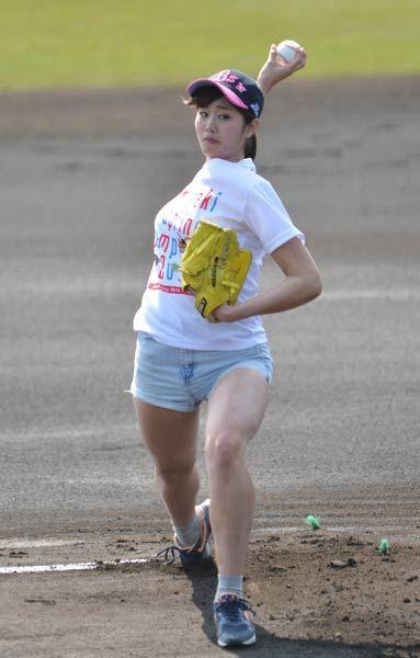 テレビのCMで「神スイング」を披露して…:稲村亜美さんの「神投球」 写真特集:時事ドットコム