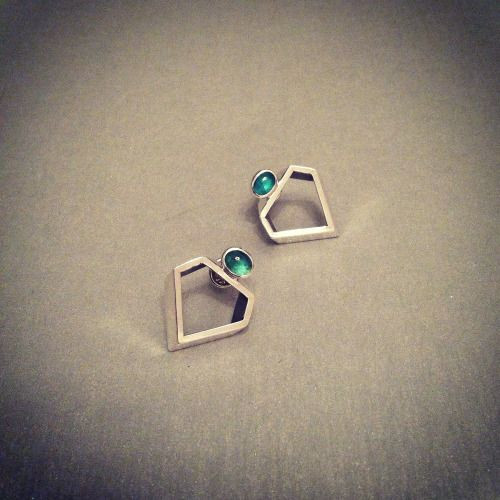 Diamond Cut Silver Earrings with Emeralds Crystallized Collection