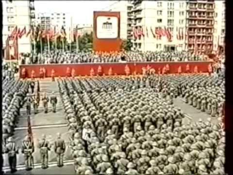 Die Internationale - Ausschnitt aus der Parade der Kampfgruppen der Arbeiterklasse 1986 DDR Berlin. The Internationale GDR - paramilitary combat groups of th...