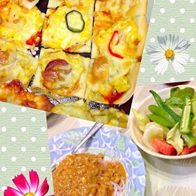 昼に余ったピザ生地でミニミニピザ サラダ こんにゃく麺に坦々ソース(ソースはレトルト)  家族はミートソースパスタを食べたけど、私はこんにゃく麺で。 あともちろんも - 13件のもぐもぐ - 11月3日夕食 by happynirusu1128