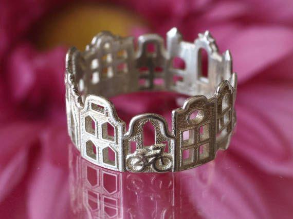 Leuke en gezellige ring dat functies Amsterdam bezienswaardigheden, beetje canal huizen en zijn vreugde overbrengen. Best mogelijke cadeau idee voor liefhebbers van Amsterdam.  3D kan gedruct in goud, platina of zilver.  Vergeet niet om uit mijn kunst-huis video over deze ring: http://y2u.be/ZWz1aZ7ZTXM  !!! Aandacht!!! ✔ ik ga niet akkoord als resultaat gegeven of uitwisselingen van gouden en platina ringen, als het niet past. ✔ ik aanbevelen dat u bestelt onze sizers ring om ...