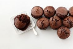 Una delicia sin culpa alguna! Cada cupcake tan solo posee 95 calorías, cuando un cupcake normal tiene entre 350 y 500 calorías aproximadamente. Mezclar (en licuadora hasta que la avena se haya disu...