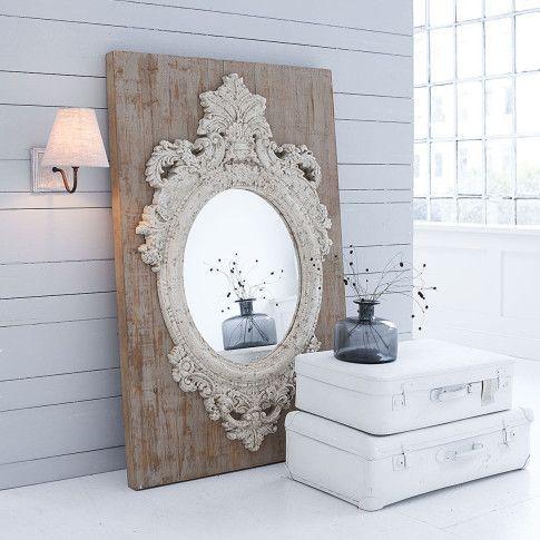 Ein echter Hingucker! Großer Wandspiegel auf einer grau-gewischten Holzplatte im Used-Look. #impressionen #living