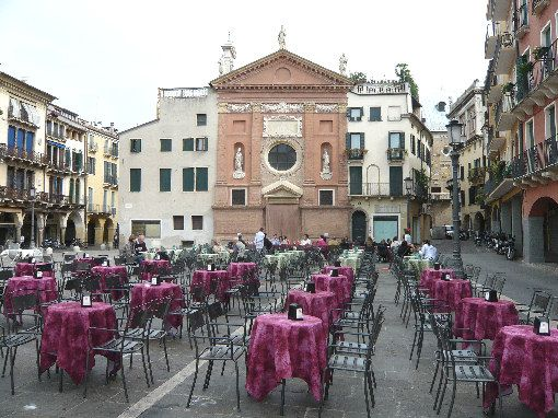 Padova: Piazza dei Signori. #Padova #TravelFoodie Come to visit Padua and remember the best food in Europe is in Italy. So take a cooking class or dine at Mama Isa's Supper Club in Padova http://isacookinpadua.altervista.org FANPAGE http://www.facebook.com/cookingclassesvenice