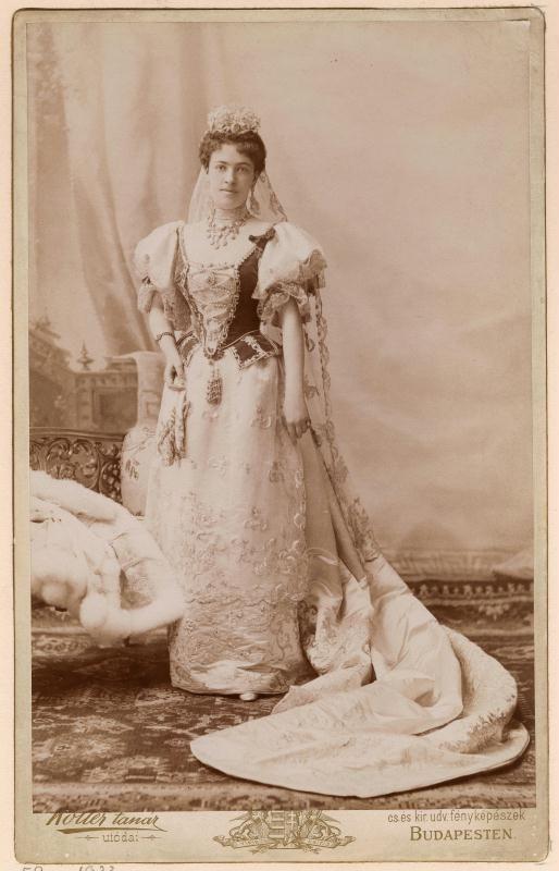 Koller tanár utódai  gróf Karátsonyi Jenőné Andrássy Karolina, magyaros díszruhában, egészalakos álló  eredeti papír pozitív, 1896