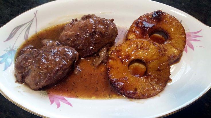 Carrilleras o carrilladas de cerdo con piña caramelizada: un plato completo, delicioso, económico y muy fácil de hacer, apto para toda la familia.