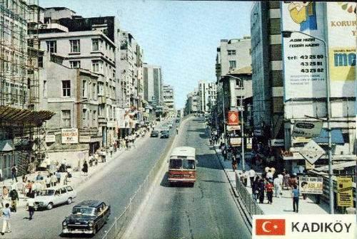 Altıyol'dan İskeleye inen yol. Sağ taraf Altınoğlu Pastanesi ve Pavlonya Sokak.