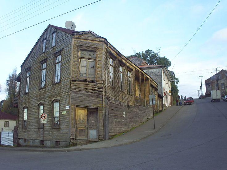 Casa Esquina, (calles Centenario con calle Pedro José Andrade), antes de ser restaurada. Chonchi, Chiloé (Chile)
