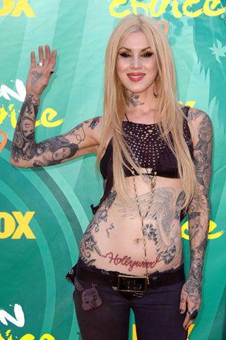 La tatuatrice professionale di origine messicana Kat Von D sa bene di non aver bisogno di abiti coprenti, tanto i suoi tatuaggi vestono un'altissima percentuale della sua superfice corporea.