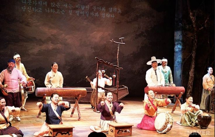 History Jeong Seon Arirang, also Known as A Ra Ri. This local folk song has been handed down for generations. It gained popularity in Eastern Korea when it first began to be sung 600 years ago. At that time Korea was in a transitional phase, moving a from the GoRyeo Dynasty to the Joseon Dynasty. Many scholars from the old GoRyeo Dynasty swore their allegiance to their former King and went into hiding.