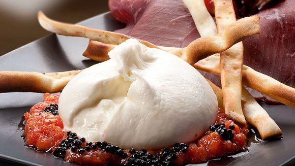 No cocinamos, hacemos arte. #Insalata di burrata con breasola. ¡Para comérsela con los ojos! http://www.latagliatella.es/menu/insalate-ensaladas/