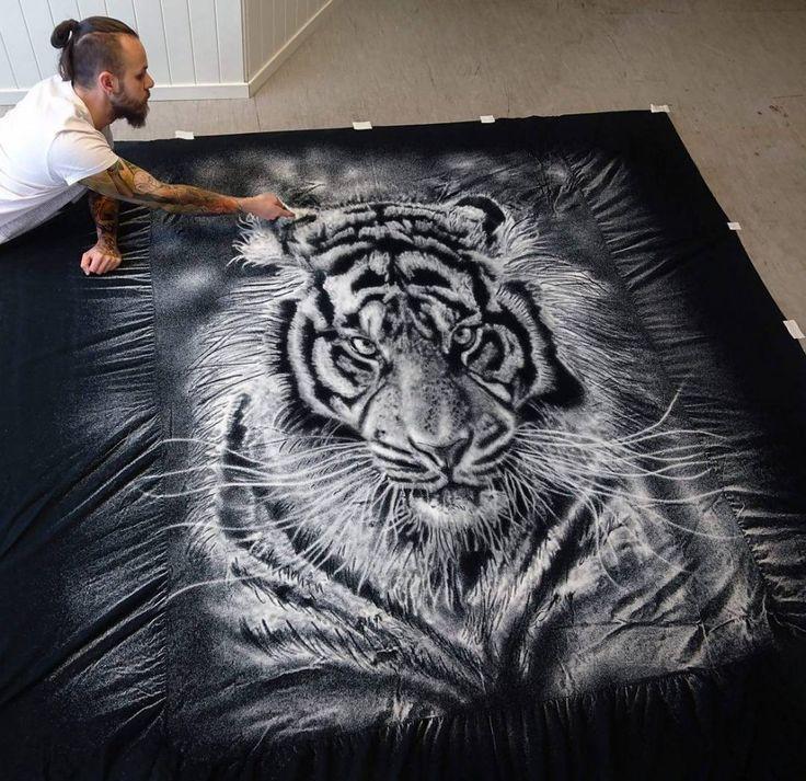 Хорватский художник Дино Томик создает потрясающие рисунки солью