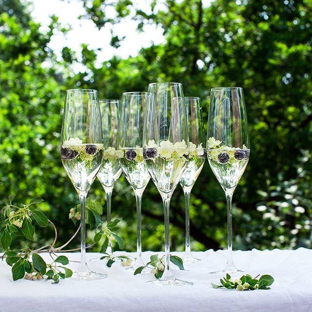 Om der skal fejres bryllup eller holdes havefest, skåler vi gerne i disse vidunderlige glas #holmegaard #cabernet #danishdesign #skålichampagne #bryllup #tillykke