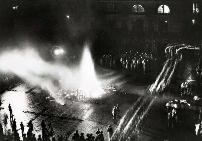 Bebelplatz, Archivfoto vom 10.05.1933: Zehntausende Bücher wurden allein in dieser Nacht ein Raub der Flammen.