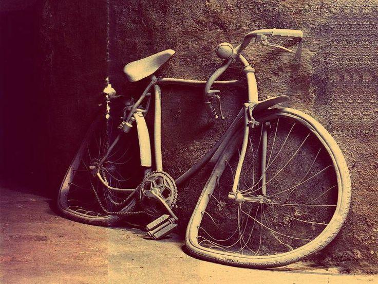 Si trovava in sella alla sua bicicletta un ragazzino di 13 anni che, mentre pedalava, ha perso l'equilibrio cadendo a terra e sbattendo la t...http://tuttacronaca.wordpress.com/2013/10/10/incidente-fatale-in-bicicletta-muore-ragazzino-di-13-anni/