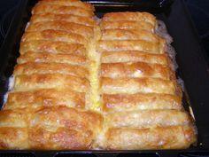 Λουκανόπιτες με φύλλο κρούστας! Υλικά 500γρ φύλλο κρούστας 250γρ τυριά τριμμένα 10-12 λουκάνικα (όσα είναι και τα φύλλα) 5 αυγά βούτυρο λιωμένο Εκτέλεση Κόβουμε τα λουκάνικα στη μέση κατά μήκος αν είναι πολύ μακριά τα κόβουμε και στη μέση. Χτυπάμε ελαφρά τα αυγά και