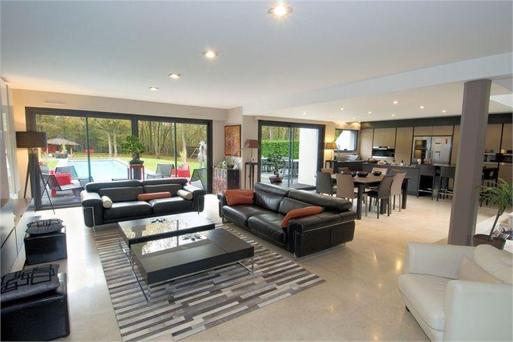 A vendre chez Capifrance, en Seine et Marne, jolie propriété de 270 m².    Cette sublime villa est située au sein d'un parc de 2630 m². Elle comprend 9 pièces dont 5 chambres.    Plus d'infos > Ange Lonis, conseiller immobilier Capifrance.
