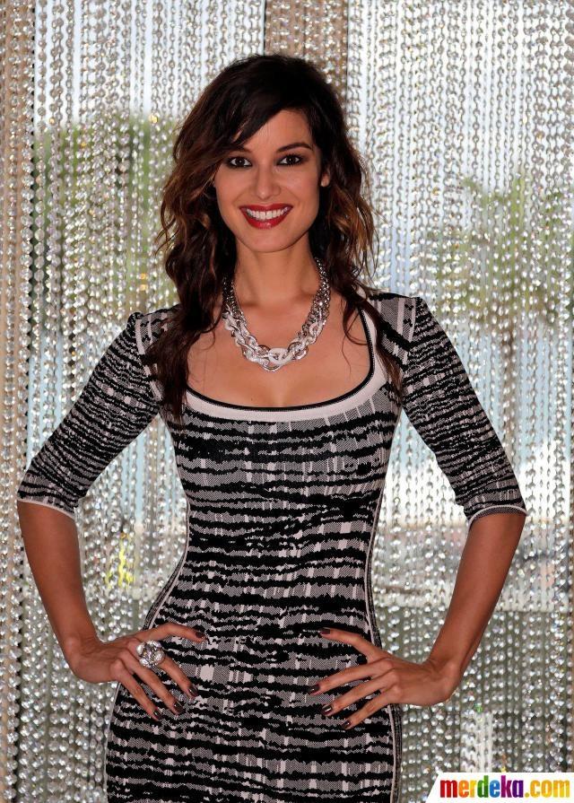 "Aktris Berenice Marlohe berpose pada sesi pemotretan yang diselenggarakan oleh Swarovski di Festival Film Cannes ke-65. Marlohe menjadi gadis Bond dalam film James Bond terbaru ""SkyFall""."