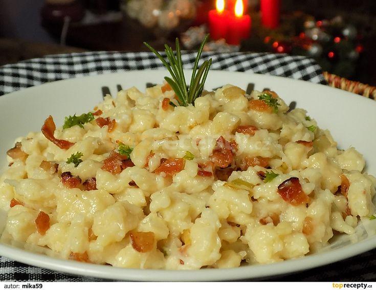 Smícháme celer, vejce, sůl a mléko. Přidáváme postupně mouku, až vznikne polotuhé těsto jako na klasické halušky. Nakrájenou slaninu a cibuli...