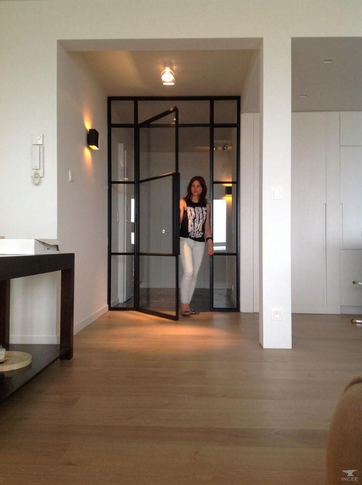 Open ruimte, rechte lijnen, wit & gezellige kleur parket maakt het toch warm en gezellig.