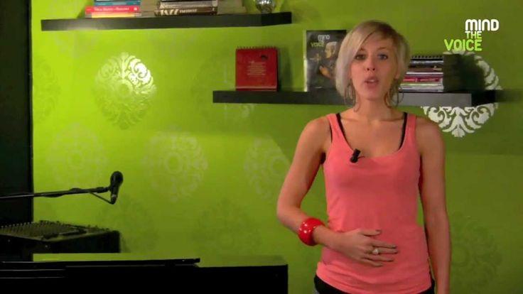 In deze online zangles legt MTV-vocal coach Tiffany Veys uit hoe je je ademsteun moet gebruiken. Deze ademsteun is de basis ademsteun die je leert als je start met het zingen van lichte muziek. Het is de ademsteun die ook gebruikt wordt bij logopedie en zorgt voor meer power in je stem.  Tip:  Door je buik onmiddellijk los te laten na het zingen/spreken van een toon, gaan je stemplooien (stembanden) van elkaar waardoor je automatisch inademt.  www.mindthevoice.be