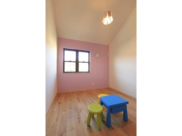 Onocom Design Center カラフルな壁紙と木の扉。子どもらしいデザインに。