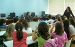 Η Άλκη Ζέη στο σχολείο μας    Αναρτήθηκε από τον/την sofilab στο Μαρτίου 31, 2009    Ο Πέτρος, η Μέλια, η Μυρτώ, η Κωνσταντίνα, ακόμα κι ο παππούς ήρθαν όλοι μαζί με την κ. Άλκη Ζέη, που τίμησε το σχολείο μας με την παρουσία της.    Η σημαντικότατη συγγραφέας παιδικών διηγημάτων συζήτησε για αρκετές ώρες με μαθητές των  Γ' και Ε' τάξεων και μοιράστηκε μαζί τους σκέψεις και συναισθήματα.
