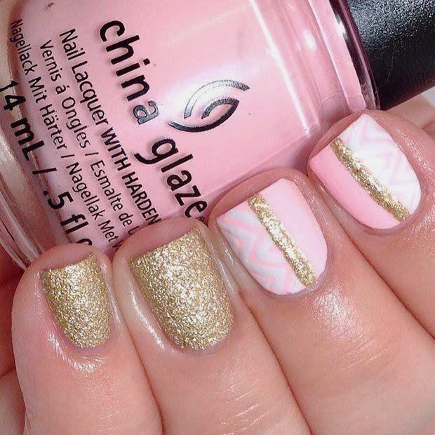 Uñas decoradas de color rosa con gliter color dorado