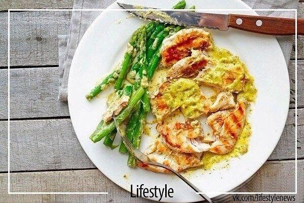 20 вариантов белковых блюд для фитнес-меню  1. Куриное филе на гриле, предварительно замаринованное в лимонном соке со специями, с салатом из любых овощей. 2. Треска, лосось или любая другая рыба на пару, с гарниром из овощей 3. Обычный омлет из смеси белков яиц и молока, несколько свежих помидоров или горсть любых замороженных овощей, например, зеленую фасоль 4. Крольчатина, запеченная в фольге в духовом шкафу, с салатом из помидоров 5. Отваренный бурый рис с морепродуктами и овощами 6…