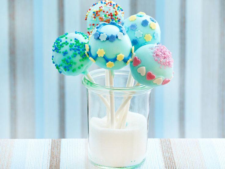 Cake Pops sind kleine runde Kuchen, die die Hauptzutaten des Kuchenbuffets sind.   – Kuchen