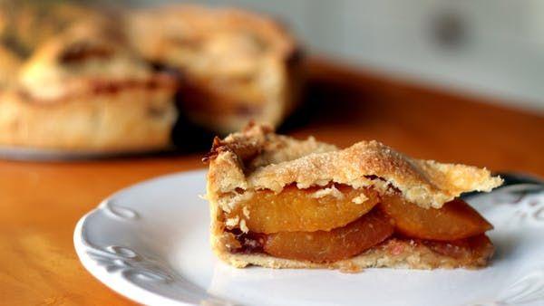 """Isadora Becker prepara uma receita que envolve uma grande história de amor: a Torta de Pêssego do filme """"Refém da Paixão"""". Perfeita para unir corações!"""