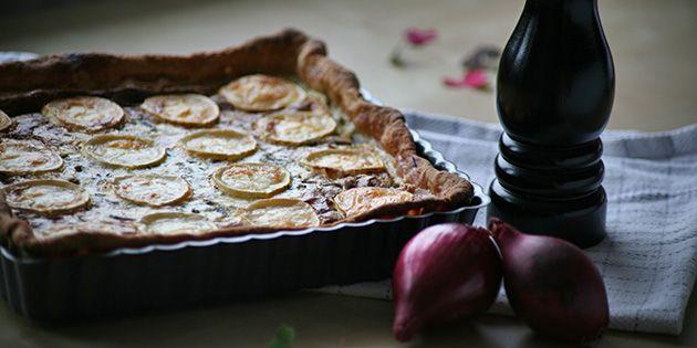 Fantastisk tærte med en skøn sammensætning af rødløg og gedeost ovenpå en sprød tærtebund.