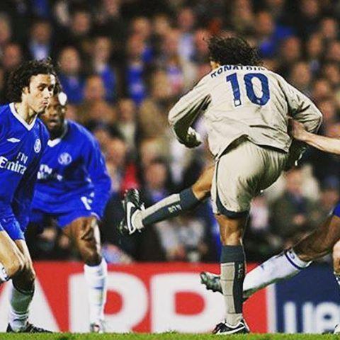 Fue lo que el quisó en el fútbol hasta cuando el quisó. Una imagen para los amantes del fútbol. Fuera colores uno de los mejores goles de la #ChampionsLeague . Al lado del 10 otro genio. .  .  #Ronaldinho #R10 #Dinho #Vintage #Futbol #Vintage #FCB #Barcelona #Lampard #Carvalho #Chelsea #Barça #UCL #Barça #Leyenda