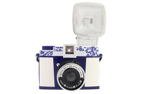retro camera or fashion accessory? both!: Retro Cameras, Lomo Cameras, Diana Cameras, Lomographi Shops, Fashion Accessories, White Cameras, Qu Hua, Lomographi Diana, Qing Hua