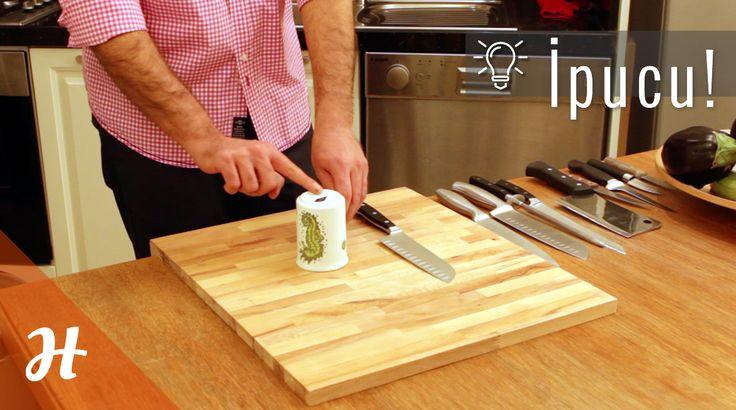 İpucu: Seramik bir bardakla bıçağınızı nasıl bileylersiniz?  Bıçak Teknikleri bölümünü izlemek için: http://www.hobiyo.com/kurslar/temel-mutfak-teknikleri-k1