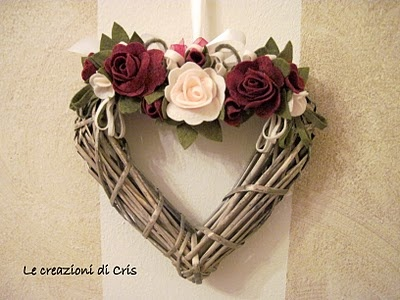 rose in feltro su ghirlanda a cuore