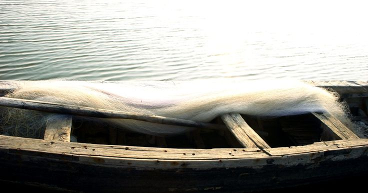 Como proteger o fundo de um barco de alumínio . Proteger o fundo de um barco de alumínio pode ser tão fácil quanto proteger a carroceria de uma caminhonete, e usa o mesmo material desses veículos. O processo leva até cinco horas do início ao fim, e o revestimento pode ser aplicado na parte inferior do barco com rolos de pintura ou com um pincel de tinta. Isso requer trabalho com produtos ...