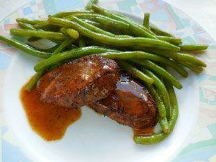 Cuisine-facile.com : Médaillons de filet mignon à la mexicaine : Pour cette recette au gout d'inspiration mexicaine, du Nouveau-Mexique pour être précis, on utilise de tendres médaillons de filet mignon de porc, qui sont d'abord marinés dans une préparation épicée, puis grillés à la poêle avec le reste de la marinade.On sert avec des haricots verts et une sauce faite d'une réduction de bouillon de légumes dans la poêle du cuisson.